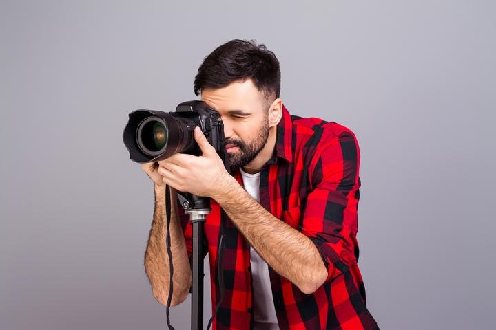 сотоса мужской портрет фотографа с прицелом гильзой взять большой, чтобы